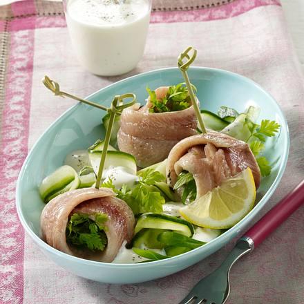 Kräuter-Matjesröllchen-Spieße auf Gurkensalat Rezept
