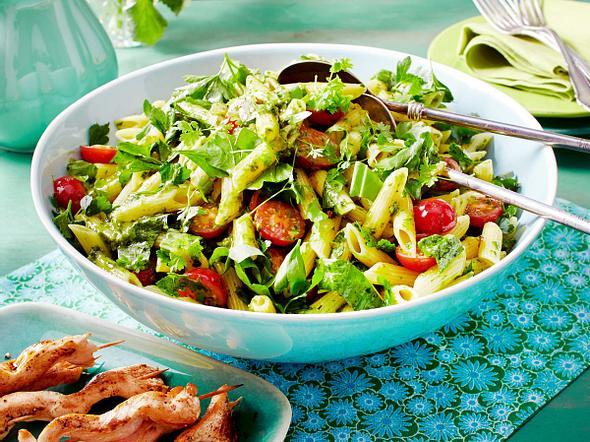 Kräuter-Nudelsalat mit Hähnchen-Spießen Rezept