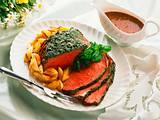 Kräuter-Roastbeef mit gerösteten Kartoffeln und Zwiebeln Rezept
