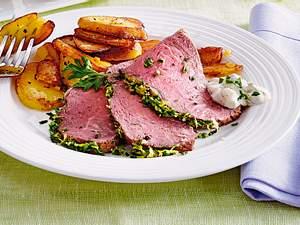 Kräuter-Roastbeef mit Remoulade und Bratkartoffeln Rezept