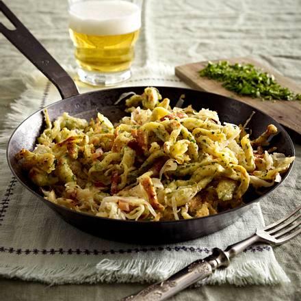 Kräuter-Spätzle-Pfanne mit Speck-Sauerkraut Rezept