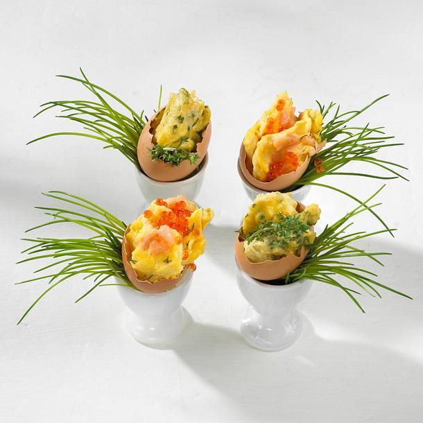 Kräuter- und Lachs-Rührei in Eierschalen angerichtet Rezept