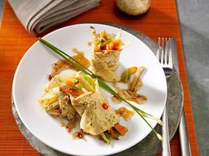 Kräutercrepe-Röllchen mit Asiagemüsefüllung und Honigsoße Rezept