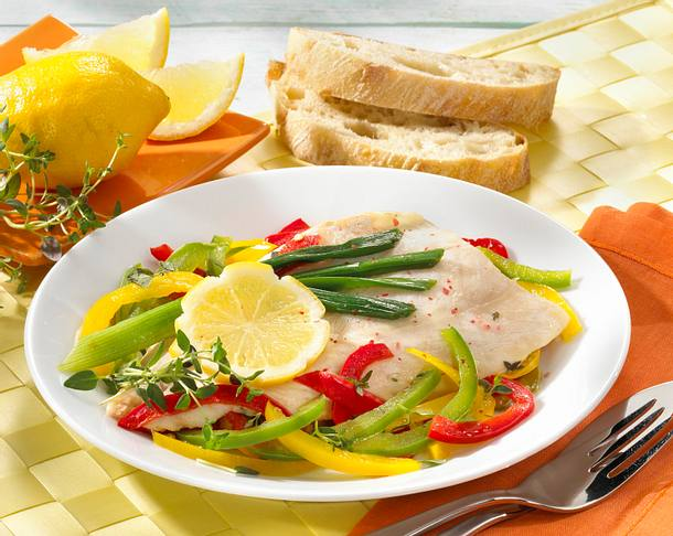 Kräuterfisch auf Paprikastreifen Rezept