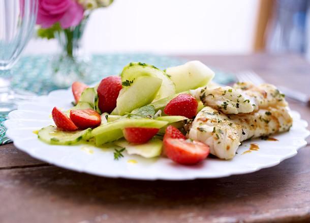 Kräuterfisch mit Erdbeer-Gurken-Salat Rezept