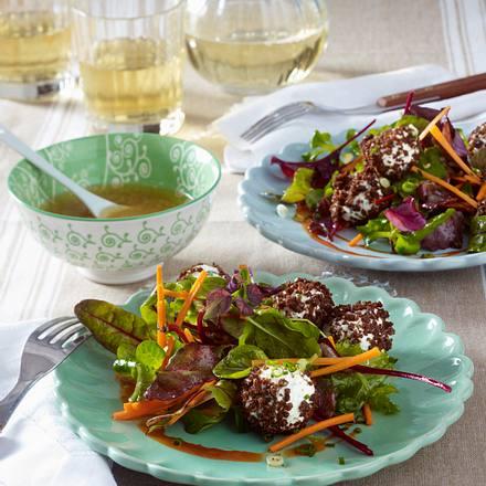 Kräuterfrischkäsebällchen im Pumpernickelmantel auf Salat Rezept