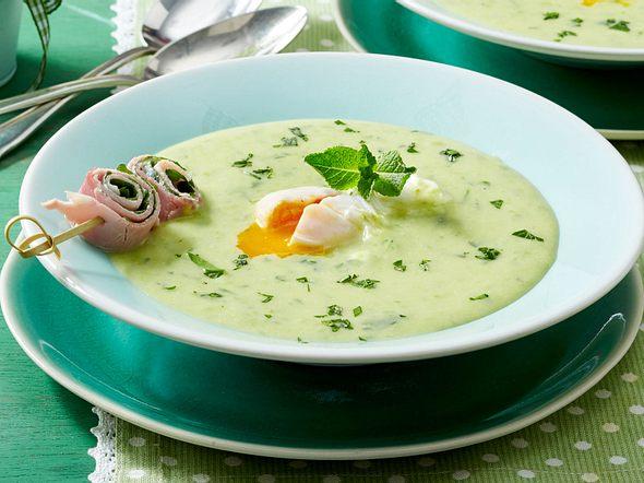 Kräutercremesuppe mit pochiertem Ei und Melisse-Schinken-Röllchen Rezept