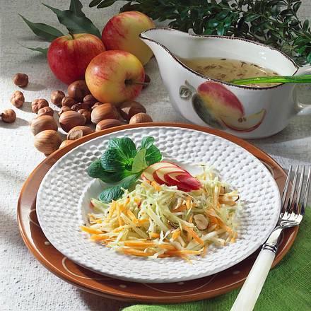 Krautsalat mit Möhren & Nüssen Rezept