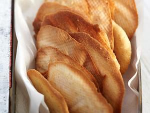 Krokant-Hippen-Türmchen mit weißer Mousse und Früchten Rezept