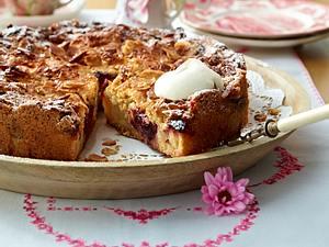 Kuchen im Springblech mit Äpfeln und Pflaumen Rezept