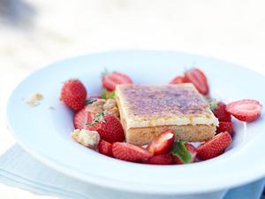 Kuchen mit Erdbeersalat Rezept