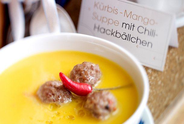 Kürbis-Mango-Suppe mit Chili-Hackbällchen Rezept