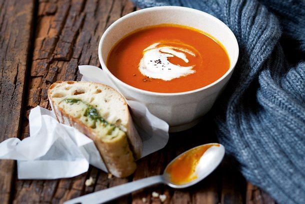 Kürbis-Tomaten-Suppe mit Pesto-Ciabatta Rezept