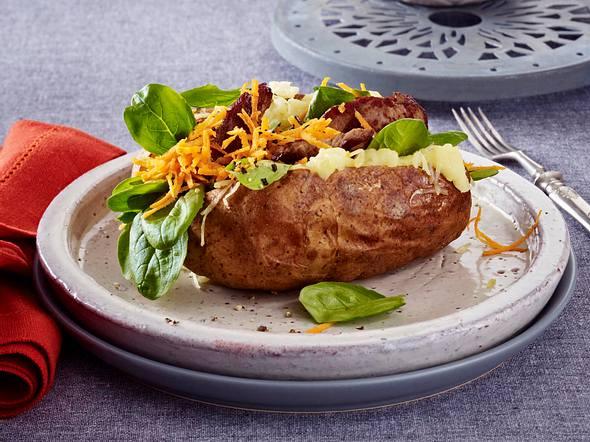 Kumpir-Kartoffel mit Steakstreifen und Joghurtsoße Rezept
