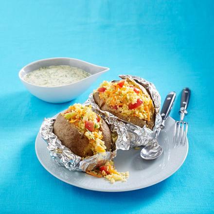 Kumpir mit Couscous-Salat und Spinat-Soße (Soße und Lauchzwiebeln auf Kartoffel) Rezept