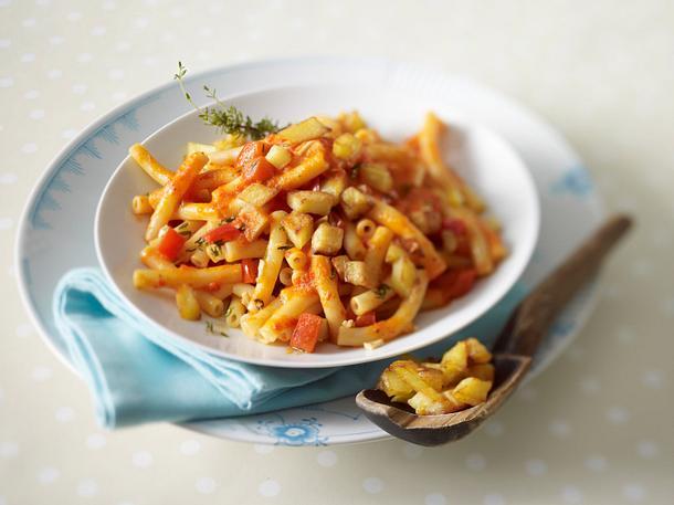 Kurze Makkaroni in Paprikasoße mit Kartoffelwürfel-Knoblauch-Croûtons Rezept