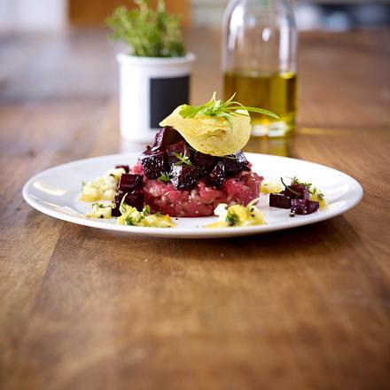 Labskaus Unplugged: Steak Tartare mit Roter Bete in Balsamico, Kartoffelchips und Kresse-Ei-Dressing Rezept