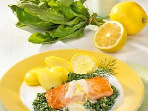 Lachs auf Spinat in Zitronensoße Rezept