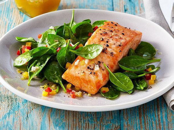 Lachs auf Spinat-Salat