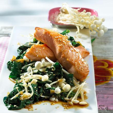 Lachs auf Spinat und Enoki-Pilzen Rezept