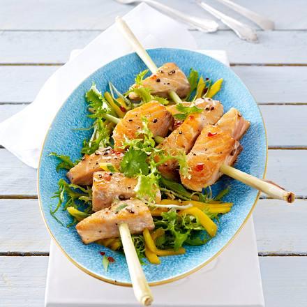 Lachs auf Zitronengras mit Mango-Friseé-Salat Rezept