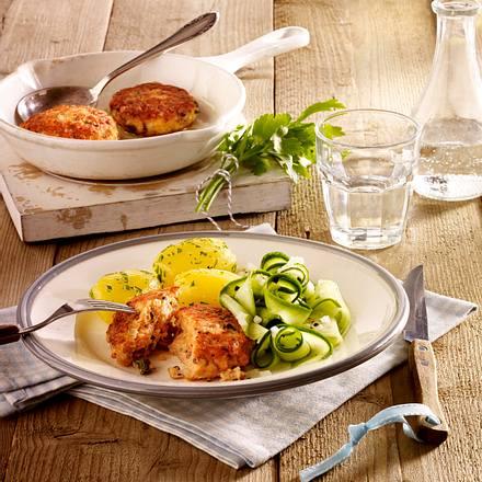 Lachs-Frikadellen mit Gurkensalat und Petersilienkartoffeln Rezept