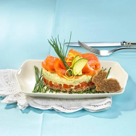 Lachs-Gemüsetürmchen auf Schnittlauchnest Rezept