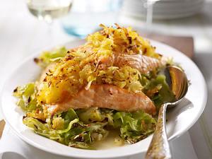Lachs mit Röstihaube auf Spitzkohl Rezept