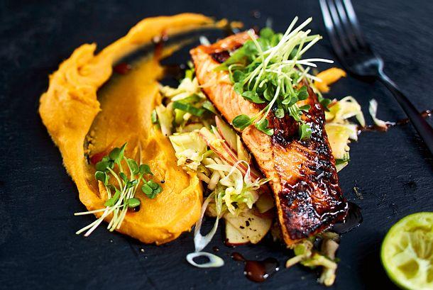 Lachs mit Sriracha-Glaze auf Coleslaw und Süßkartoffelcreme Rezept