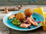 Lachs mit Zwiebel-Vinaigrette, Reisbällchen und Avocadocreme Rezept