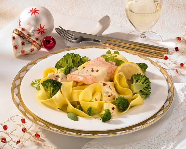 Lachs-Tranchen auf Bandnudeln mit Zitronensoße und Broccoli Rezept