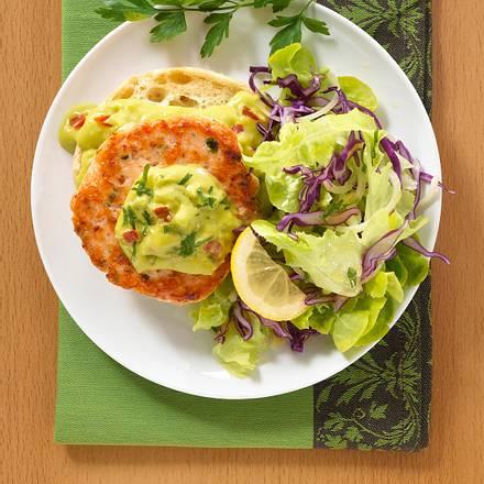 Lachsburger mit Avocadocreme und Toasties auf Pflücksalat Rezept