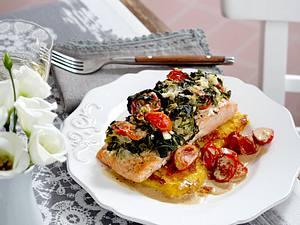 Lachsfilet Florentiner Art auf gebratener Polenta zu geschmolzenen Tomaten Rezept