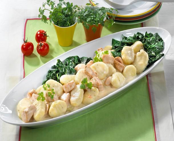 Lachsfilet in Sahnesoße zu Gnocchi und Spinat Rezept