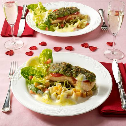 Lachsfilet mit Kräuterkruste und Herznudeln Rezept