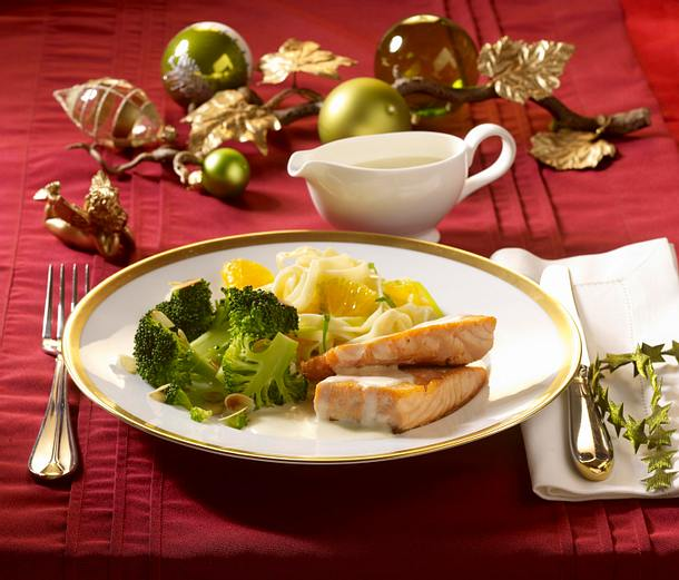 Lachsfilet mit Weißweinsoße, Orangen-Porree-Nudeln und Broccoli (schnelles Weihnachtsessen) Rezept