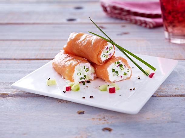 Lachsröllchen mit Meerrettich-Creme, Salatgurke und Radieschen Rezept