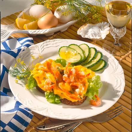 Lachsrührei mit Krabben und Dill auf Vollkornbrot Rezept