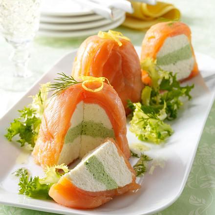 Lachsterrinen mit Frischkäse-Meerrettichcreme, Salat und Dillvinaigrette