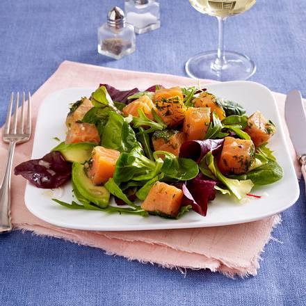 Lachswürfel auf BabyLeaf-Salat mit Avocado Rezept