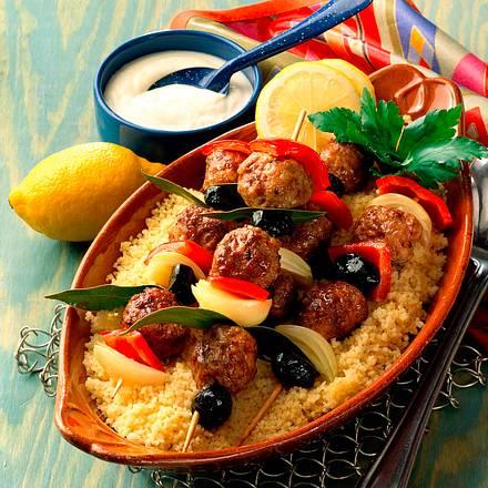 Lammhackspieße auf Couscous mit Joghurtsoße Rezept