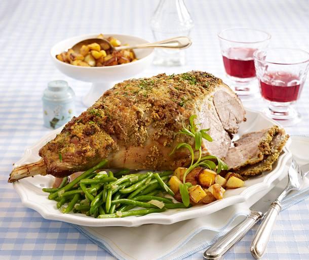 Lammkeule mit Kräuter-Senf-Kruste, grünen Bohnen und gerösteten Kartoffelwürfeln Rezept