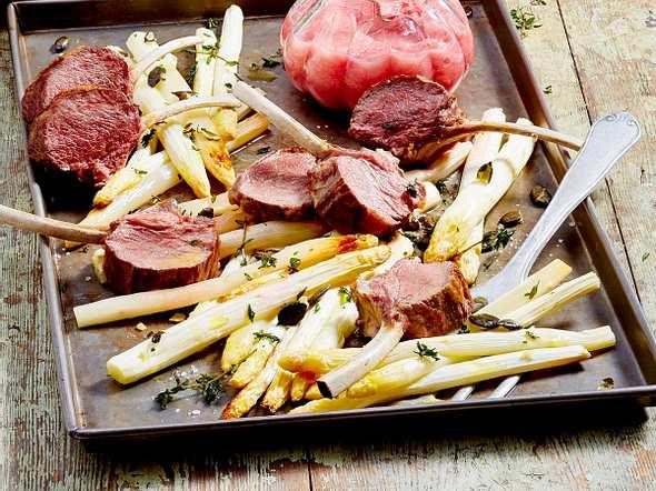 Lammkoteletts vom Blech mit Spargel und Rhababerkompott Rezept