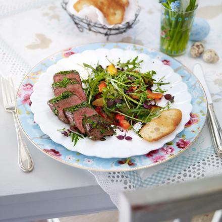 Lammlachse im Kräutermantel auf Salat Rezept