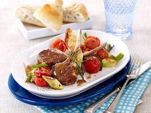 Lammstielkotelett mit geschmorten Tomaten und Lauchzwiebeln Rezept