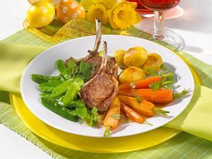 Lammstielkoteletts mit Möhren, Zuckerschoten, Röstkartoffeln und Kerbelsoße Rezept