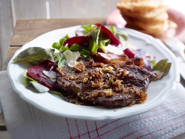 Last-Minute-Rumpsteak mit Röstzwiebelbutter und Rote-Bete-Salat Rezept