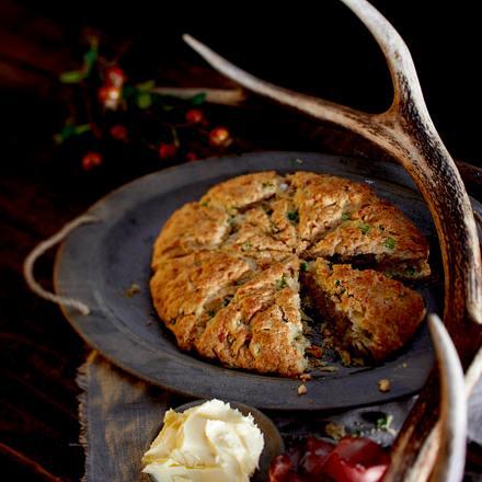 Lauchzwiebel-Cheddar-Scone mit Walnüssen Rezept