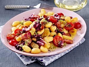 Lauwarmer Gnocchi-Salat mit Speck, Radicchio und Kirschtomaten Rezept