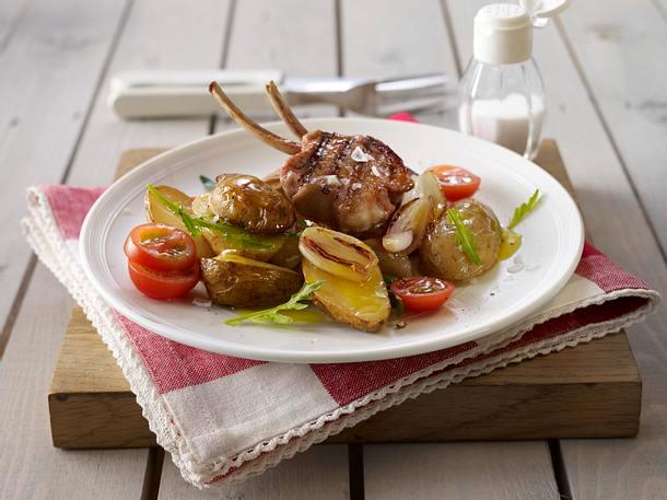 Lauwarmer Kartoffel-Salat mit Rauke und Schalotten zu Lammkoteletts Rezept